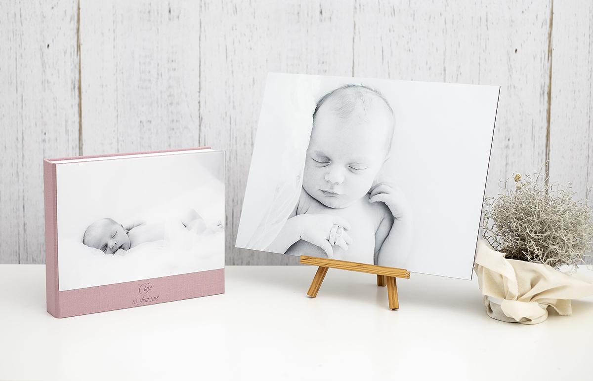 Pinkstudio by Angelina Devine Album-væg-Clara-1web Claras nyfødt portrætter Nyheder Portræt Udvalgte Fotograferinger