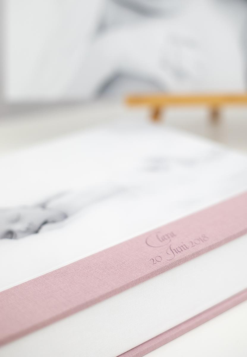 Pinkstudio by Angelina Devine Album-væg-Clara-2web Claras nyfødt portrætter Nyheder Portræt Udvalgte Fotograferinger
