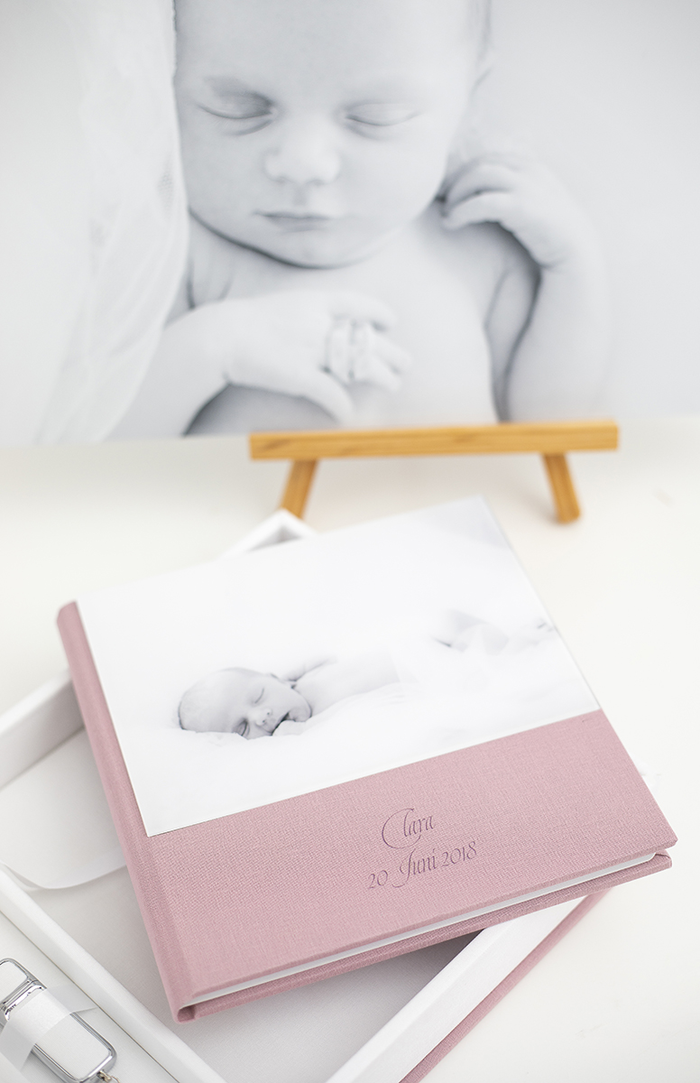 Pinkstudio by Angelina Devine Album-væg-Clara-7web Claras nyfødt portrætter Nyheder Portræt Udvalgte Fotograferinger
