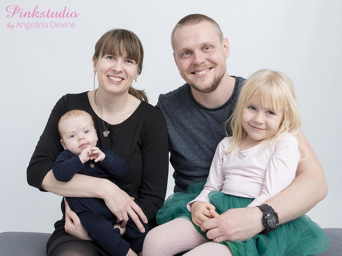 Pinkstudio by Angelina Devine Duerlund-039 Når tre bliver til fire Baby familie Nyheder Portræt søskende Ugens fotografering