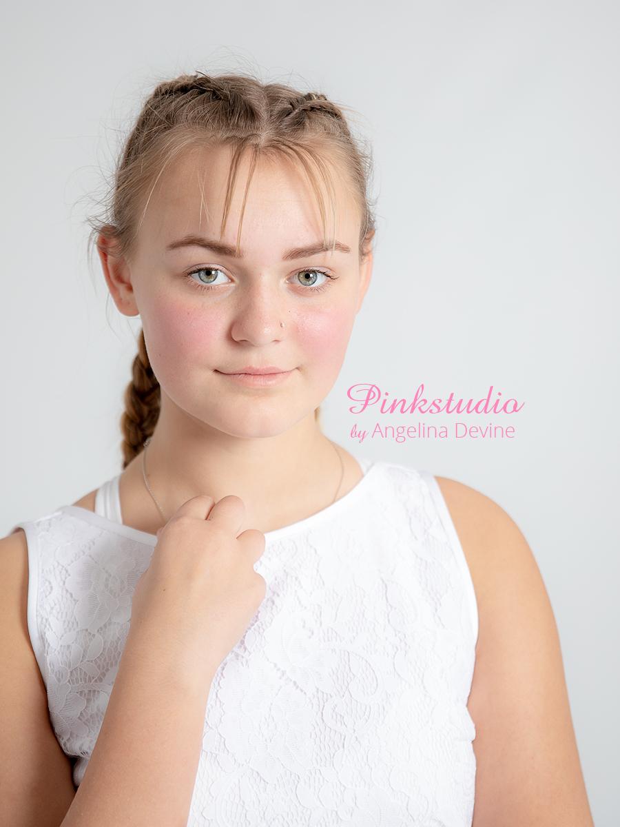 Pinkstudio by Angelina Devine Nadia-konfirmation-133 Konfirmationsportræt: 500,- Nyheder Portræt Tilbud