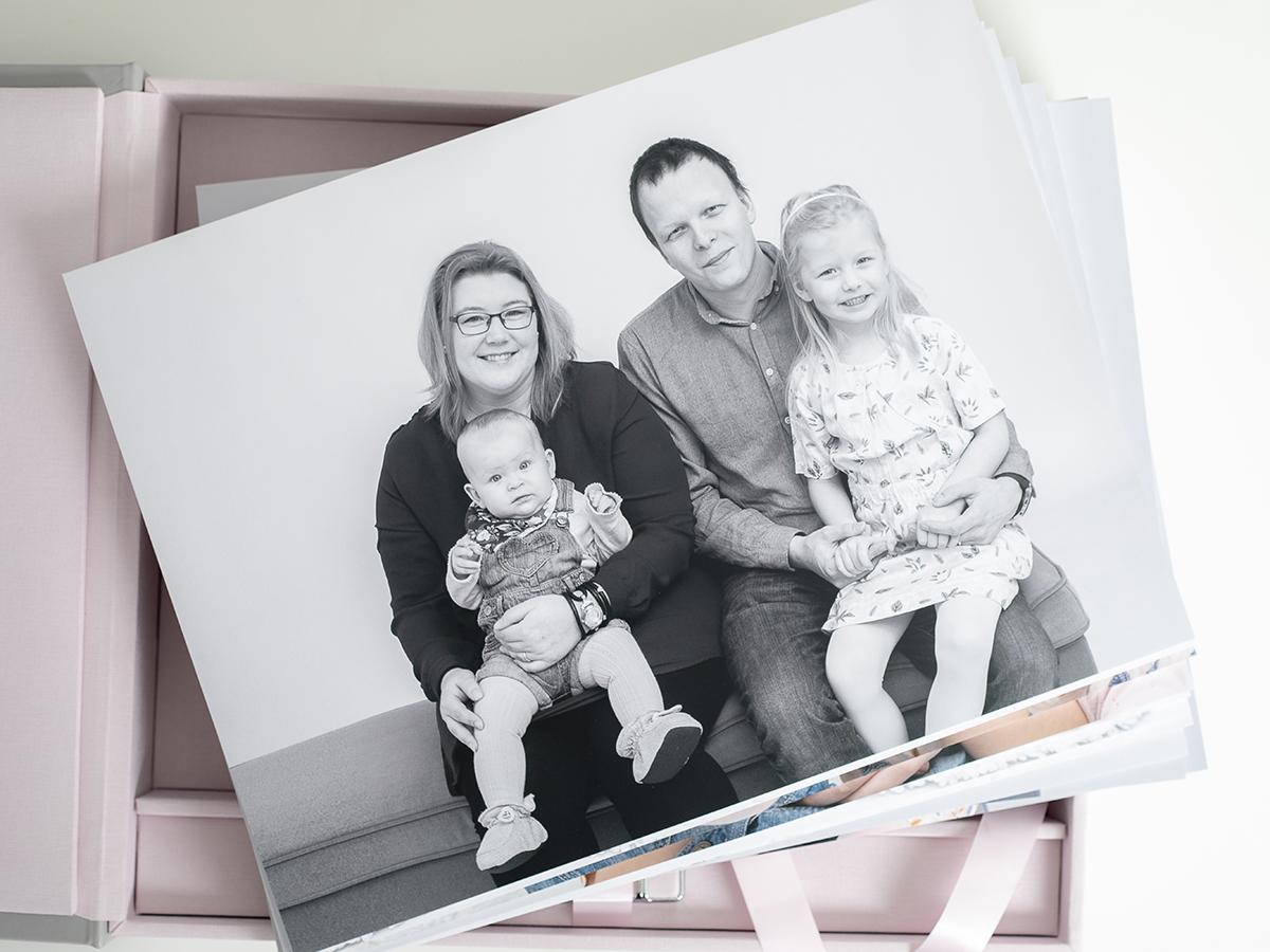 Pinkstudio by Angelina Devine Familieportræt-1 Alle familier fortjener et fjollebillede familie Nyheder Portræt Udvalgte Fotograferinger