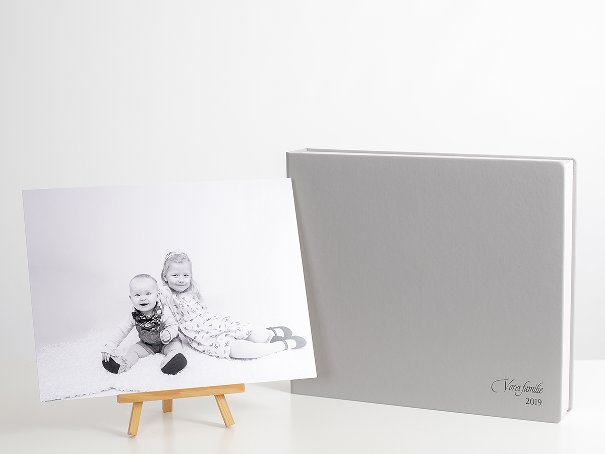 Pinkstudio by Angelina Devine Familieportræt-12 Alle familier fortjener et fjollebillede familie Nyheder Portræt Udvalgte Fotograferinger