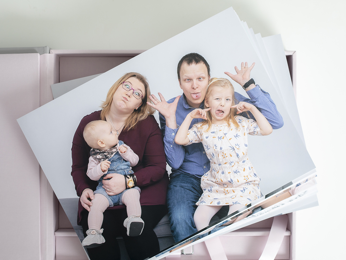 Pinkstudio by Angelina Devine Familieportræt-2 Alle familier fortjener et fjollebillede familie Nyheder Portræt Udvalgte Fotograferinger