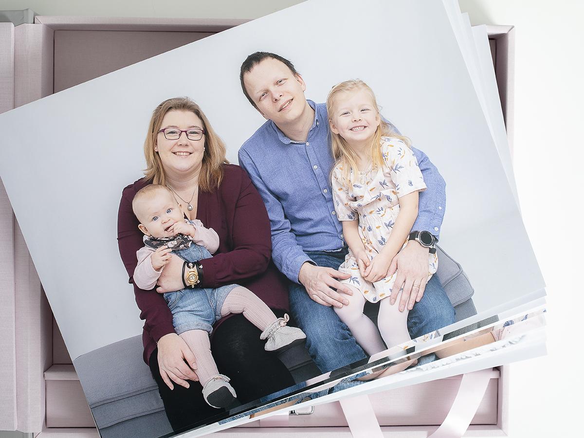 Pinkstudio by Angelina Devine Familieportræt-3 Alle familier fortjener et fjollebillede familie Nyheder Portræt Udvalgte Fotograferinger