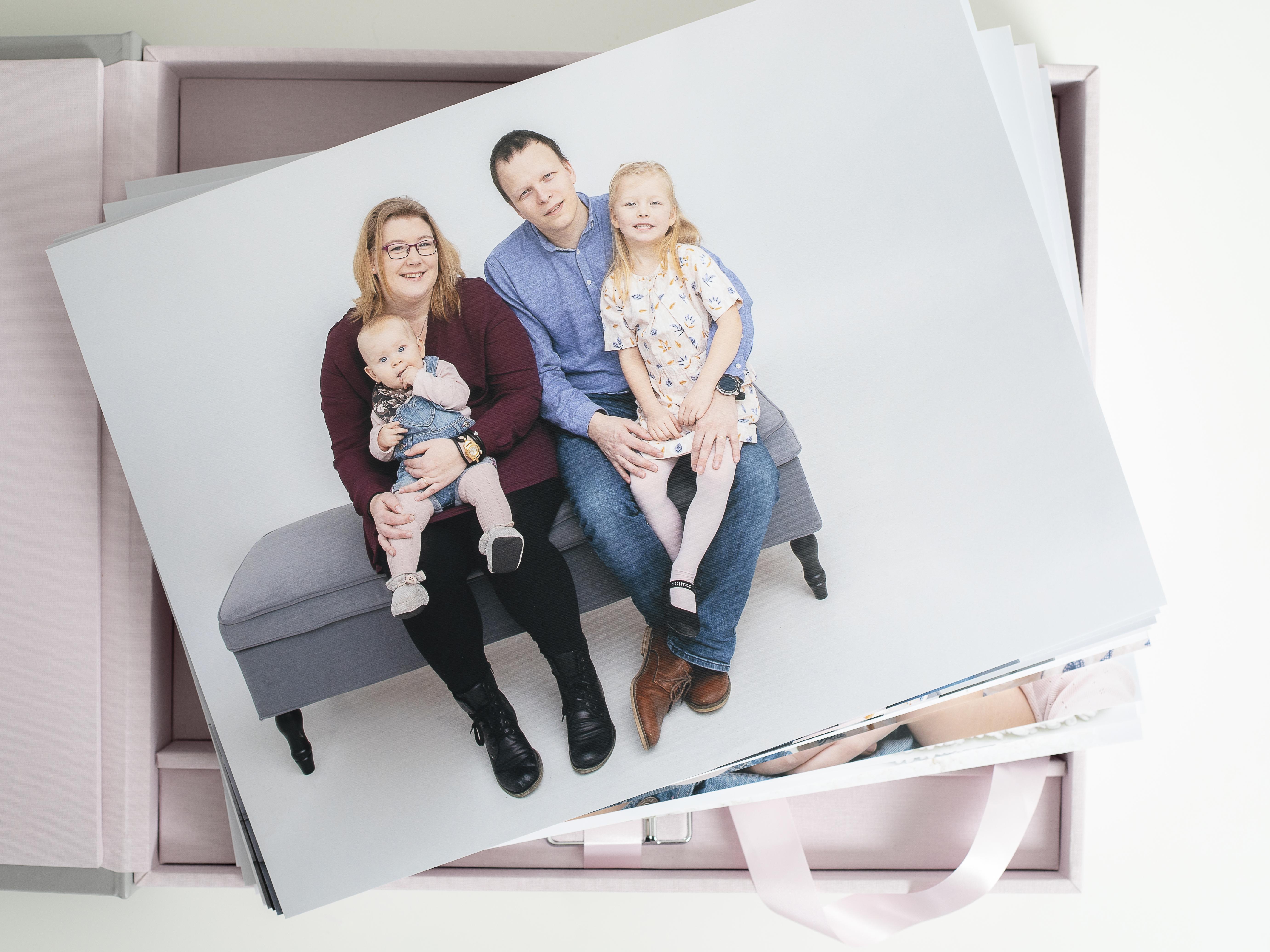 Pinkstudio by Angelina Devine Familieportræt-4 Alle familier fortjener et fjollebillede familie Nyheder Portræt Udvalgte Fotograferinger