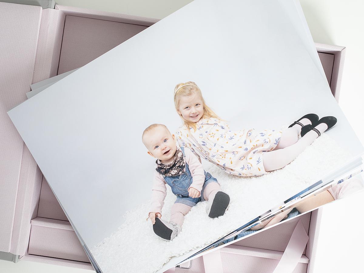 Pinkstudio by Angelina Devine Familieportræt-5 Alle familier fortjener et fjollebillede familie Nyheder Portræt Udvalgte Fotograferinger