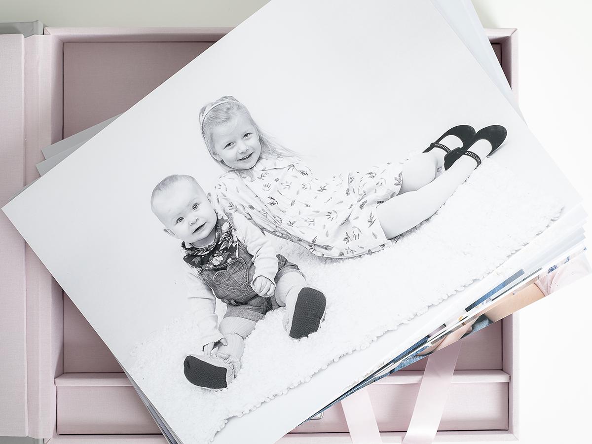Pinkstudio by Angelina Devine Familieportræt-6 Alle familier fortjener et fjollebillede familie Nyheder Portræt Udvalgte Fotograferinger
