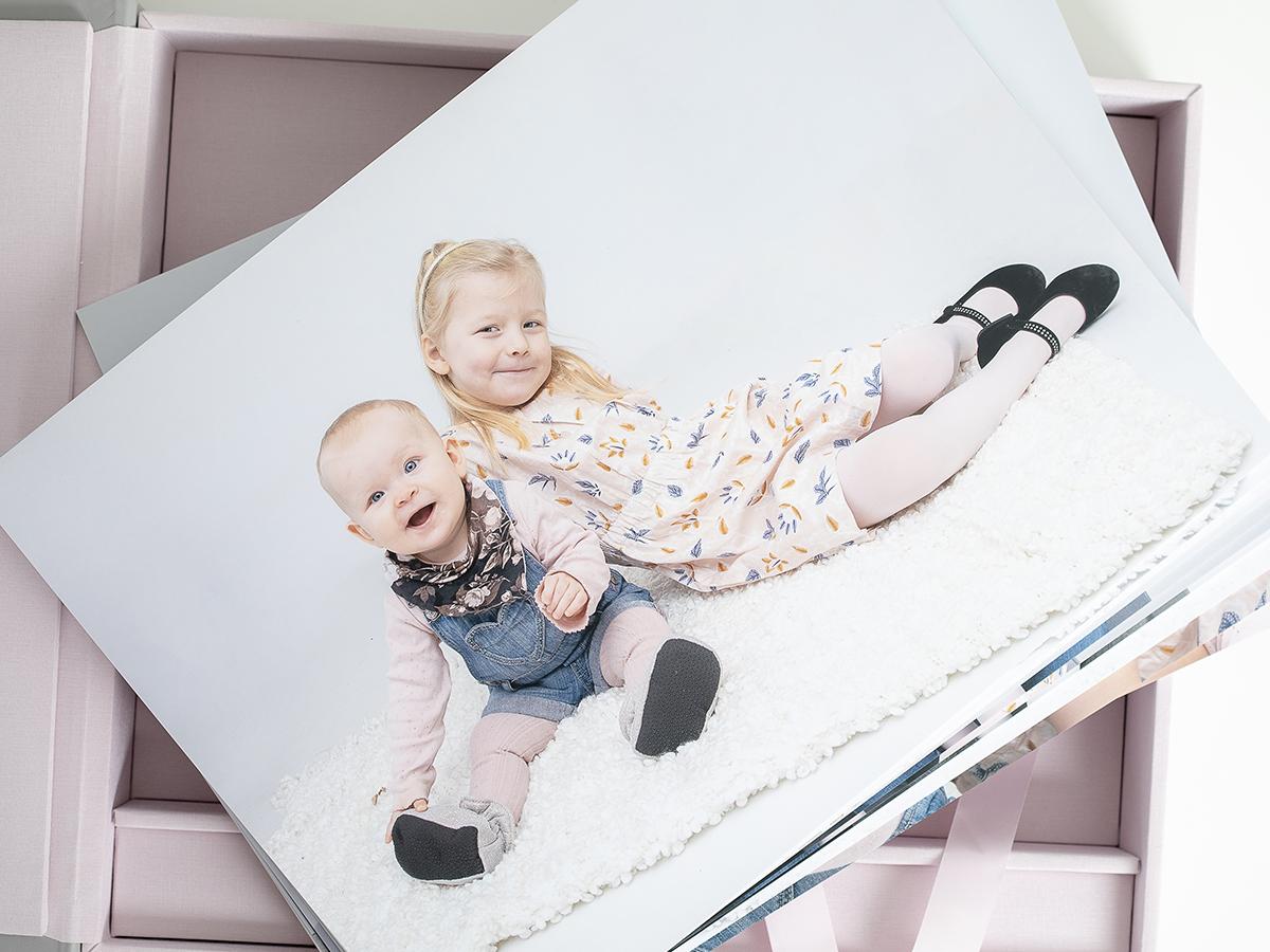 Pinkstudio by Angelina Devine Familieportræt-7 Alle familier fortjener et fjollebillede familie Nyheder Portræt Udvalgte Fotograferinger