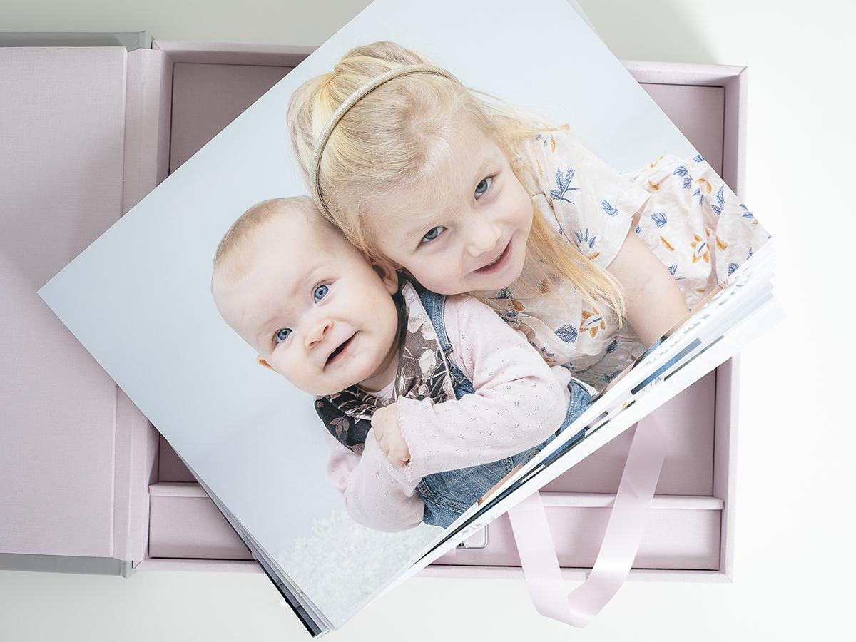 Pinkstudio by Angelina Devine Familieportræt-9 Alle familier fortjener et fjollebillede familie Nyheder Portræt Udvalgte Fotograferinger