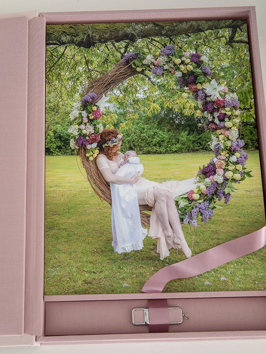 Pinkstudio by Angelina Devine Produkter-084 Celina, Mai og blomstergyngen Baby Nyheder Portræt Ugens fotografering
