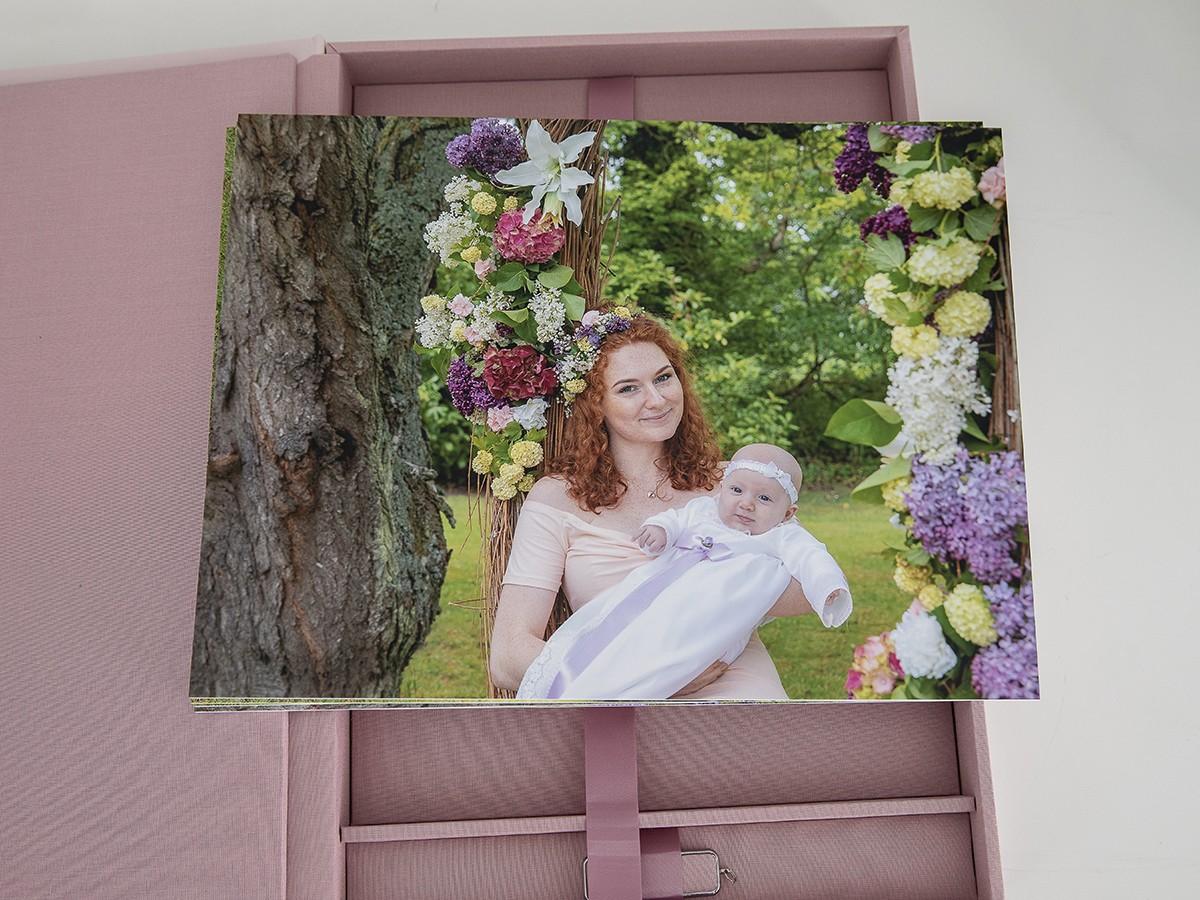 Pinkstudio by Angelina Devine Produkter-090 Celina, Mai og blomstergyngen Baby Nyheder Portræt Ugens fotografering