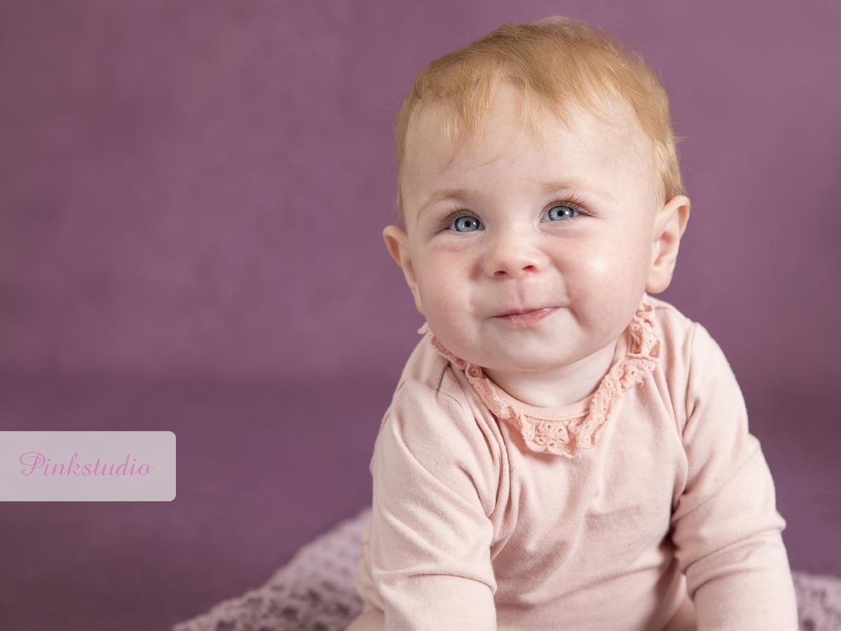 Pinkstudio by Angelina Devine Aya-baby-ja-101 Aya og den lilla baggrund Baby Nyheder Portræt Udvalgte Fotograferinger